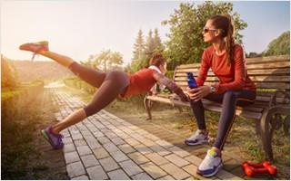 Crossfitter beim Outdoortraining. Parks und Spielanlagen bieten viele Trainingsmöglichkeiten und die frische Luft und Sonneneinstrahlung machen diese Form des Trainings so beliebt.