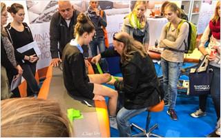 Sven Kruse, Entwickler der Easy Flossing Methode und DFB-Physiotherapeut beim Flossing der Fussballspielerin Sophia Allmeroth.