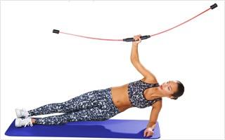 Mit einem Schwungstab lässt sich im Sitzen, Stehen und auf einer Matte trainieren.