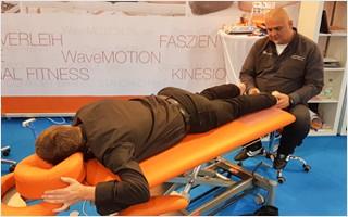 Physiotherapeut Mike Ketels behandelt Michael Eppler mit unserer Neuentdeckung: Einem Soundwave-Massagegerät, schonender als herkömmliche Stoßwelle