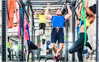 Traversen- und Käfigsysteme bieten eine Vielzahl an Trainingsmöglichkeiten und Befestigungspunkte für Übungsbänder und Ähnliches. | FitnessWiki