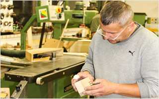 Die präzise Handarbeit und die persönliche Qualitätskontrolle sichern unsere hohen Standards in der Massageliegenherstellung. | Clap Tzu