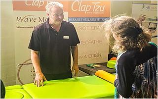 Matthias Kühl in einem Verkaufsgespräch mit einer belgischen Faszientherapeutin. | Clap Tzu