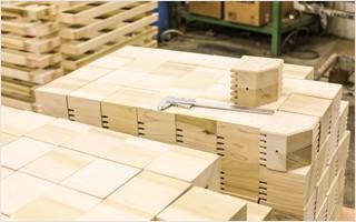 Manufaktur: Die Eckklötze für die mobilen Massageliegen, Handarbeit für Top-Stabilität und Sicherheit. | Clap Tzu